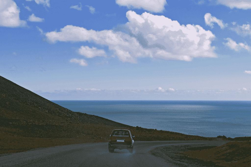 Bil på landevej (foto: Fred Fokkelman)